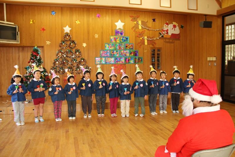 クリスマス訪問 サンタさんにハンドベル演奏でお礼